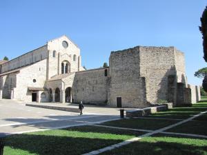 201) Basilica Di Aquileia - außen mit Baptisterium