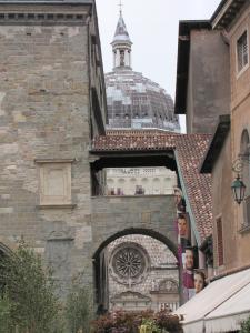 708) Bergamo - Cappella Colleoni von Piazza Vecchia aus