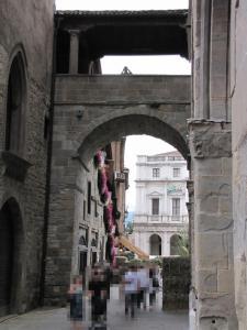 717) Bergamo - Piazza Vecchia von Piazza Duomo aus