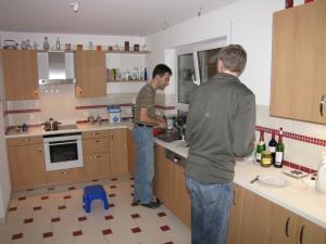 2010 02 Andreas und Klaus-Peter in der Küche (Henning)