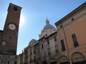 028) Mantova - Piazza Broletto